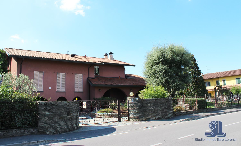 Villa singola calcinate studio immobiliare for Cabina con avvolgente portico